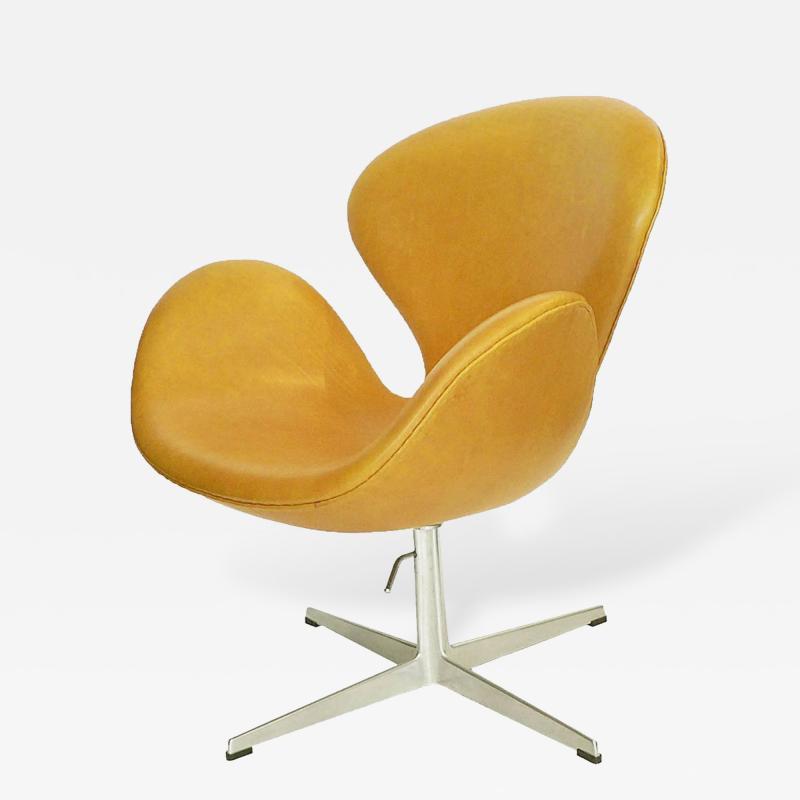 Arne Jacobsen Adjustable Swan Chair by Arne Jacobsen in Golden Tan Leather