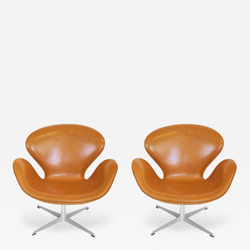 Arne Jacobsen Pair of Original Swan Chairs by Arne Jacobsen in Saddle Tan Leather