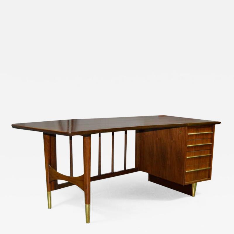 Executive Desk by Omann Jun