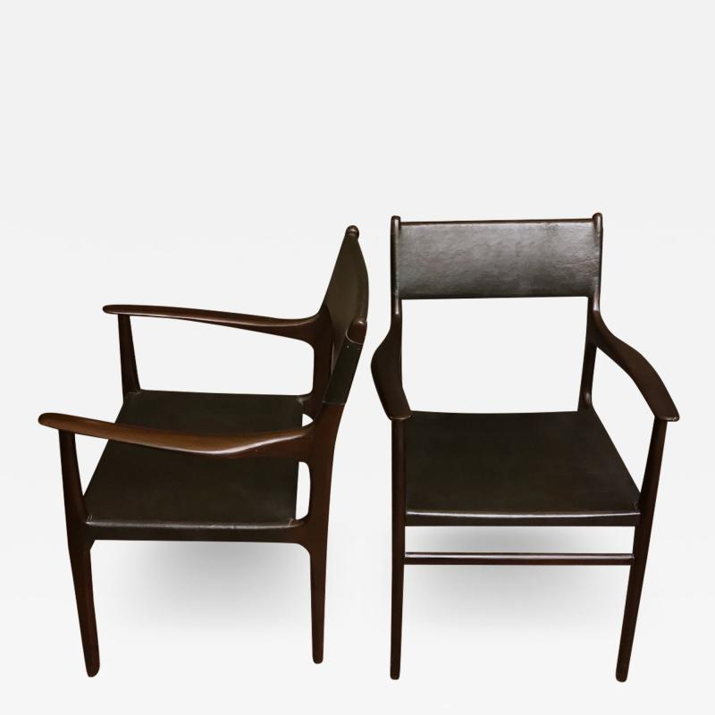 PAIR OF CHAIRS WITH ARMRESTS IN WOOD BLACK LEATHER
