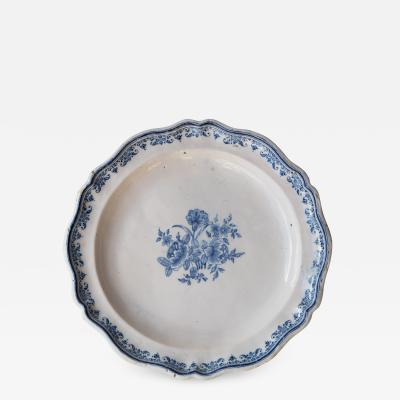 18TH CENTURY MOUSTIERS PLATE WITH A SCALLOPED RIM