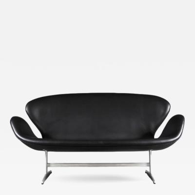 Arne Jacobsen AJ 3321 Swan Sofa