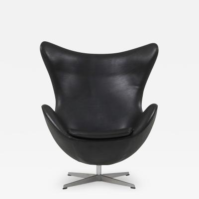 Arne Jacobsen Black leather Egg chair by Arne Jacobsen for Fritz Hansen 2009
