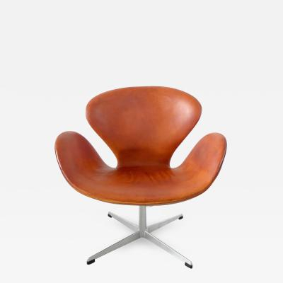 Arne Jacobsen Early Edition Arne Jacobsen Swan Chair in Original Cognac Leather Denmark 1964