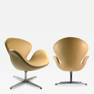 Arne Jacobsen Swan Chairs by Arne Jacobsen Early Production
