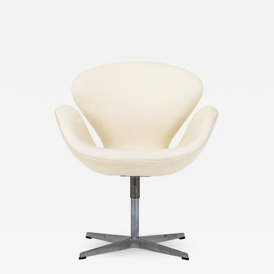 Arne Jacobsen The Swan in white leather