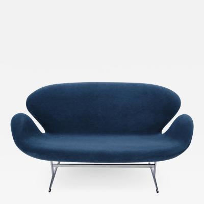 Eero Saarinen Arne Jacobsen Swan Sofa by Fritz Hansen