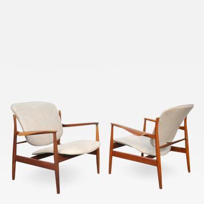 Finn Juhl Pair of Finn Juhl FD 136 Teak and Grey Leather Lounge Chairs