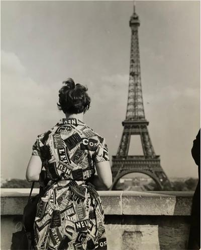 Jean Ribi re 1955 Touriste admirant la tour Eiffel Paris Jean Ribi re