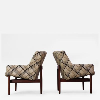 Jens Risom Pair of Jens Risom Walnut Lounge Chairs