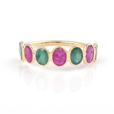 SEVEN OVAL RUBY AND EMERALD 18K YELLOW GOLD RING BAND