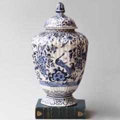 De Porceleyne Clauw 18TH CENTURY OCTAGONAL DUTCH DELFT RIBBED VASE WITH A LID - 1140234