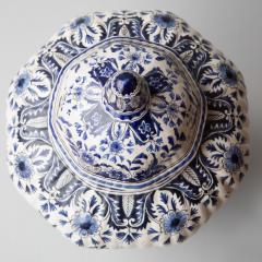De Porceleyne Clauw 18TH CENTURY OCTAGONAL DUTCH DELFT RIBBED VASE WITH A LID - 1140235