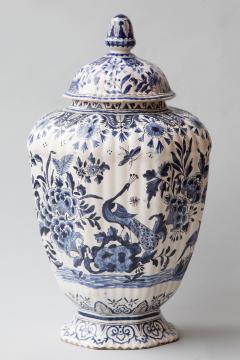 De Porceleyne Clauw 18TH CENTURY OCTAGONAL DUTCH DELFT RIBBED VASE WITH A LID - 1140236