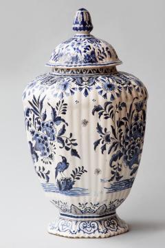 De Porceleyne Clauw 18TH CENTURY OCTAGONAL DUTCH DELFT RIBBED VASE WITH A LID - 1140237