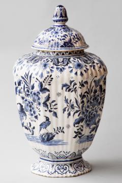 De Porceleyne Clauw 18TH CENTURY OCTAGONAL DUTCH DELFT RIBBED VASE WITH A LID - 1140238