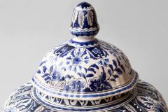 De Porceleyne Clauw 18TH CENTURY OCTAGONAL DUTCH DELFT RIBBED VASE WITH A LID - 1140239