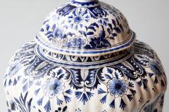 De Porceleyne Clauw 18TH CENTURY OCTAGONAL DUTCH DELFT RIBBED VASE WITH A LID - 1140241