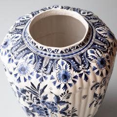 De Porceleyne Clauw 18TH CENTURY OCTAGONAL DUTCH DELFT RIBBED VASE WITH A LID - 1140242
