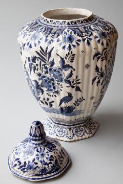 De Porceleyne Clauw 18TH CENTURY OCTAGONAL DUTCH DELFT RIBBED VASE WITH A LID - 1140243
