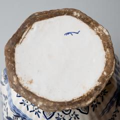 De Porceleyne Clauw 18TH CENTURY OCTAGONAL DUTCH DELFT RIBBED VASE WITH A LID - 1140244