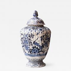 De Porceleyne Clauw 18TH CENTURY OCTAGONAL DUTCH DELFT RIBBED VASE WITH A LID - 1141026