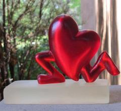 Glenn Green Galleries Running Heart red resin  - 1843936