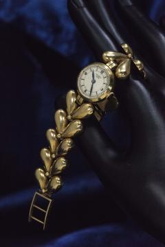 Universal Gen ve 1950s Universal Flower Petal Motif 18 Karat Yellow Gold Bracelet Wristwatch - 1154241