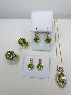 8 15 Carat Peridot and Diamond 18 Karat Yellow Gold Ring - 1099770