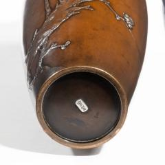 A Meiji period bronze vase by Yoshiharu - 825340