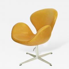 Arne Jacobsen Adjustable Swan Chair by Arne Jacobsen in Golden Tan Leather - 181397