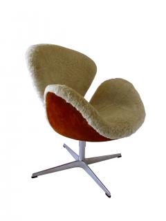 Arne Jacobsen Pair Arne Jacobsen Limited Edition Shearling and Suede Swan Chairs - 1201887