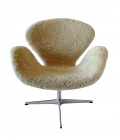 Arne Jacobsen Pair Arne Jacobsen Limited Edition Shearling and Suede Swan Chairs - 1203407