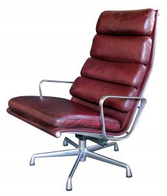 Charles Eames Eames for Herman Miller Executive Soft Pad Tilt swivel Lounge Chair and Ottoman - 1974158