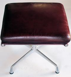 Charles Eames Eames for Herman Miller Executive Soft Pad Tilt swivel Lounge Chair and Ottoman - 1974160