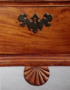 Chippendale Oxbow Chest with a Shaped Shell Carved Pendant - 635182