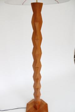 Constantin Br ncu i FRENCH CARVED FACETED SCULPTURAL ELM WOOD FLOOR LAMP INSPIRED BY BRANCUSI - 2142972