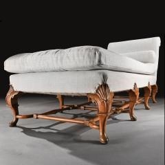 EARLY 20TH CENTURY WALNUT AND LINEN UPHOLSTERED DAYBED IN THE QUEEN ANNE TASTE - 1953841