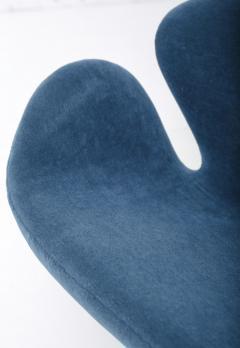Eero Saarinen Arne Jacobsen Swan Sofa by Fritz Hansen - 1553823