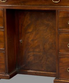 George III Mahogany Kneehole Desk of Exceptional Quality - 1005869