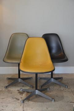 Herman Miller Set of Three Vintage Swiveling Chairs by Eames for Herman Miller - 973983