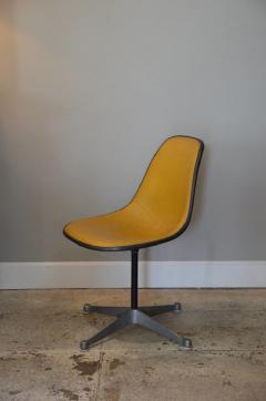 Herman Miller Set of Three Vintage Swiveling Chairs by Eames for Herman Miller - 973985