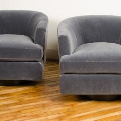 Milo Baughman A pair of Mid Century barrel back swivel chairs in the manner of Milo Baughman - 2033578
