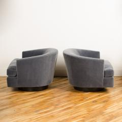 Milo Baughman A pair of Mid Century barrel back swivel chairs in the manner of Milo Baughman - 2033600