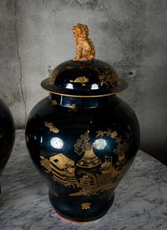 PAIR OF MODERN CHINESE VASES WITH LIDS - 686814