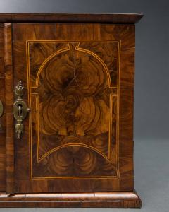 Very Rare William and Mary Oyster Veneered Small Table Cabinet - 934681