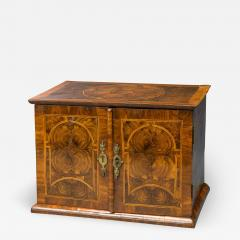 Very Rare William and Mary Oyster Veneered Small Table Cabinet - 935824